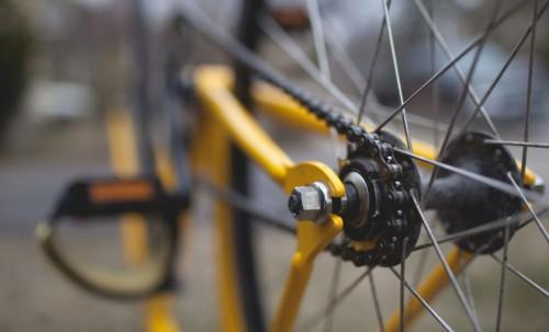Gadgets en plastique : le Tour de France roule sur la tête